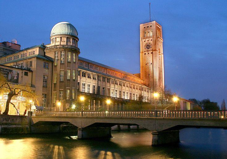 Das Deutsche Museum in München ist das größte naturwissenschaftlich-technische Museum der Welt.   Es werden rund 28.000 Objekte aus etwa 50 Bereichen der Naturwissenschaften und der Technik ausgestellt, die jährlich von etwa 1,5 Millionen Menschen besucht werden.  Auf der Münchner Museumsinsel erleben Sie die Entwicklung der Naturwissenschaft und Technik von den Ursprüngen bis heute. Derzeit sind einige Ausstellungen vorübergehend geschlossen, bevor sie 2019 völlig neu gestaltet wieder…