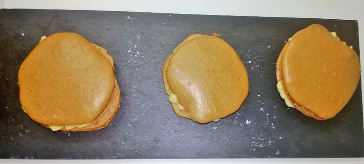 Macarons de chocolate rellenos de crema pastelera