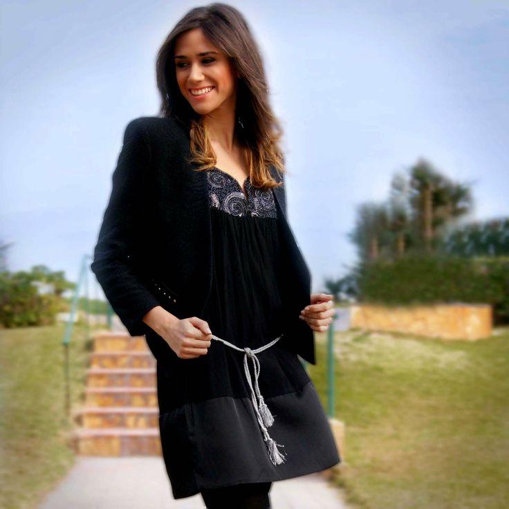 Little black dress Stix Casual combinado con chaqueta corta negra boucle de Mango.