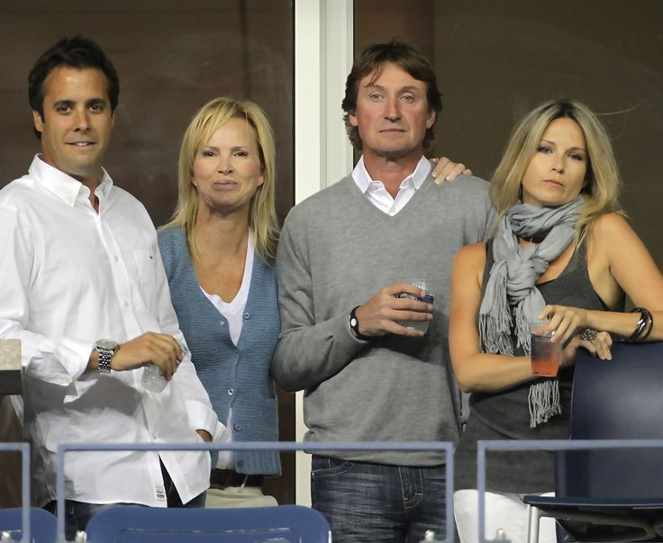 Paulina Gretzky daughter of Wayne Gretzky and janet jones (last one on right)