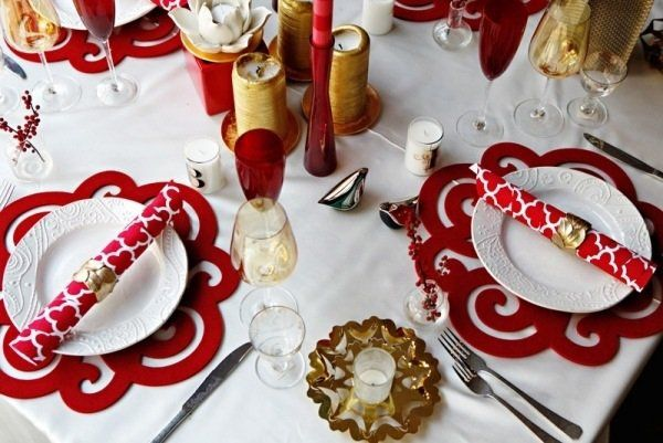christmas table decor ideas red felt placemats golden candles red white napkins