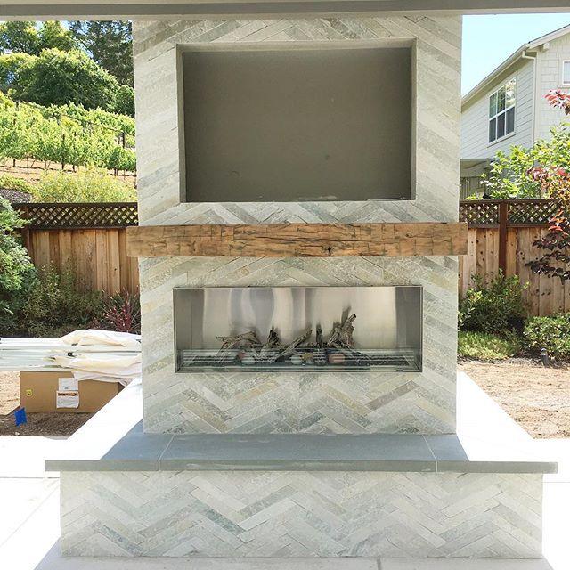 Best 25 modern outdoor fireplace ideas on pinterest for Modern farmhouse fireplace