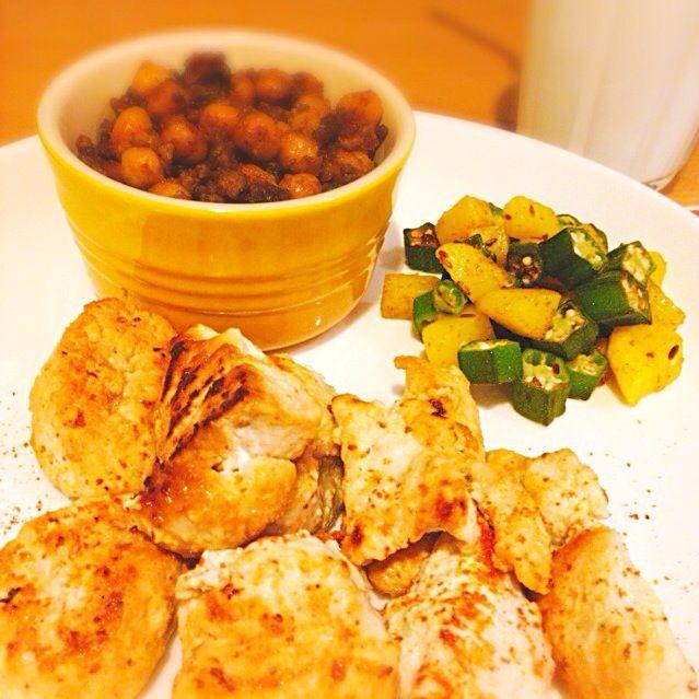 ちょっと前のお昼〜 マライティッカは前日から漬け込んでました。(旦那さんが…) - 34件のもぐもぐ - インド料理  マライティッカ⚫︎じゃがいもとオクラのサブジ⚫︎ひよこ豆のカレー⚫︎ラッシー by LisLis