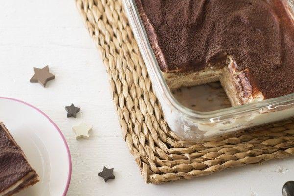 Tiramisú   Para el bizcocho  2 huevos 4 claras 40 gr de harina de avena ( copos de avena molidos muy finos) 20 gr de almendra molida Endulzarte al gusto 60 ml de leche desnatada ó 0% Leche desnatada o vegetal 1 café espresso Para el relleno  Aroma de Mascarpone o vainilla 400 gr de queso crema bajo en grasa Endulzarte al gusto 1 cda sopera de cacao sin azúcar en polvo 1 cda de postre de cola cao light o café soluble
