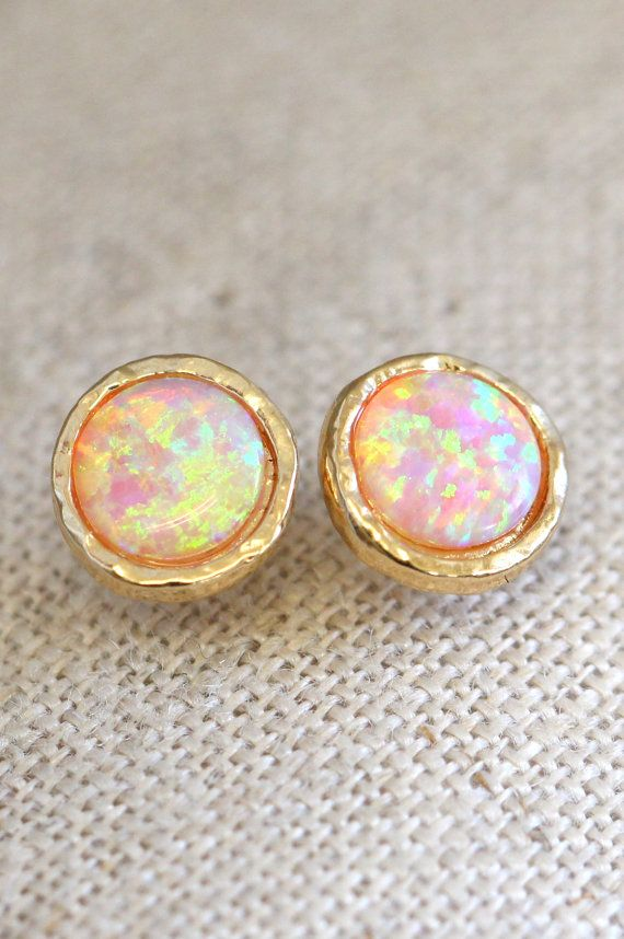 Opal earrings, Opal stud earrings, Fire Opal Oorbellen, gouden Opal Oorbellen, Gift voor vrouw, bruidsmeisje oorbellen - 14 Gold filled oorbellen  Delicate Opal Stud Earrings stud earrings.  Details: ♥ Kleine Delicate Opal stud oorbellen 8 mm grootte 0.33 ♥ Materialen Lab Opal edelsteen, 14 k Gold filled ♥ Kleuren - Opal, goud. ♥ Post gecentreerd. ♥ Silicon steun. ♥ Wrapped en klaar om te geven, komt in onze handtekening Petite hoogstandjes door Ilona Rubin® Box.  Bijpassende Ring…