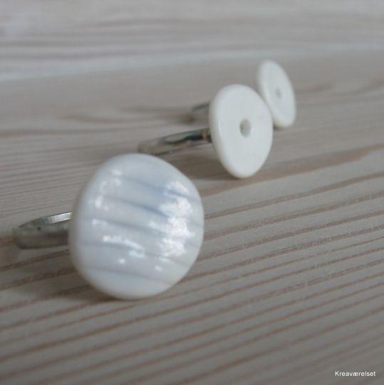 En ring med porcelænsudsmykning. Kan nu købes på Kreaværelsets amio-side for kun 15kr.