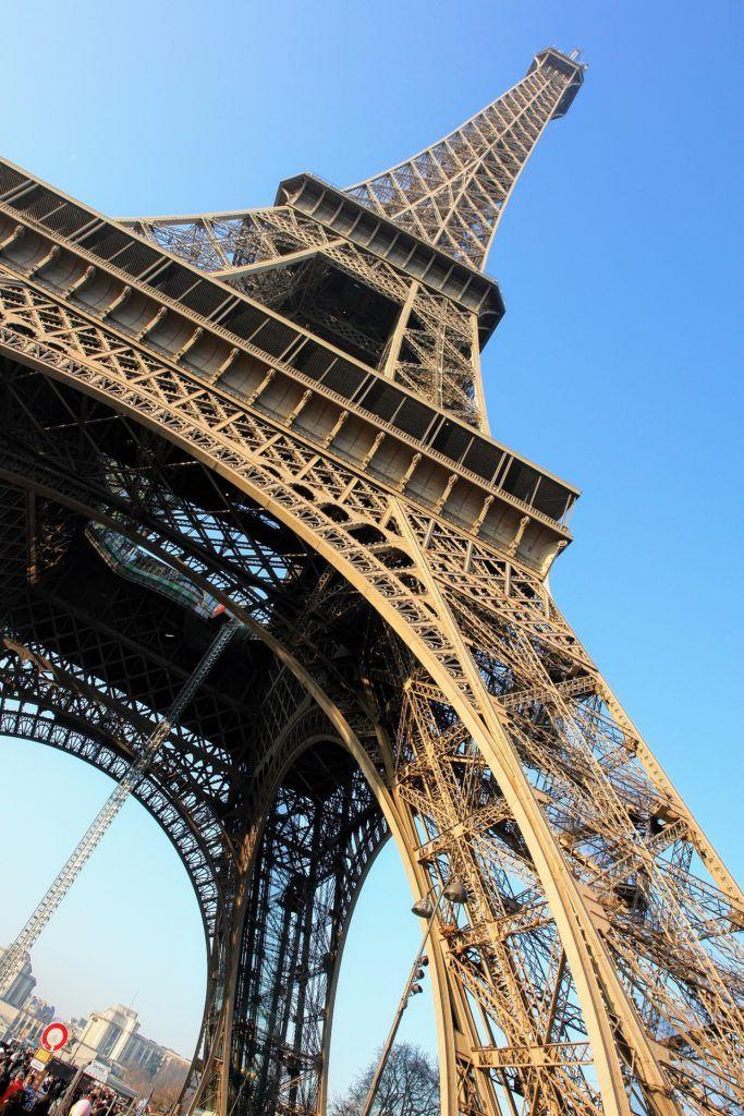 París es una de las ciudades más increíbles del mundo, pero también es muy cara.  Por eso vamos a darte algunos consejos para que te sea más asequible.  Empecemos: Temporada: Lo primero que debes hacer si vas a viajar a París, es viajar en temporada baja.   #Francia #París #Viajar #Viajar a París #Viajar barato