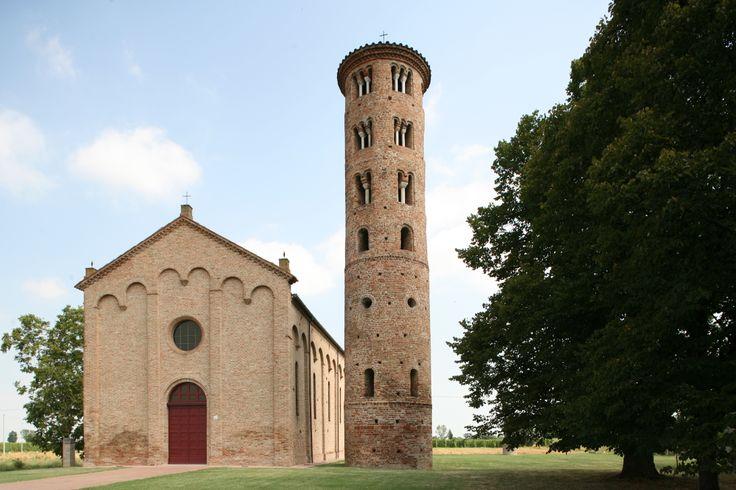 ANTICA PIEVE DI CAMPANILE (Santa Maria in Fabriago). Tra le più antiche della diocesi, la Chiesa di Campanile è dedicata alla natività di Maria Vergine e fu anticamente una Pieve, di cui conserva ancora il campanile cilindrico di stile ravennate (secolo VIII-IX) (foto Archivio comunale). Indirizzo: Via Santa Maria in Fabriago #Lugo di #Romagna. Tutte le info qui: http://www.romagnadeste.it/it/9-lugo/i1283-antica-pieve-chiesa-di-campanile.htm