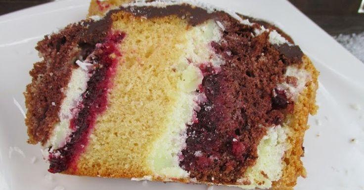 Metrowiec to ciasto mojego dzieciństwa jest wilgotne i nie za słodkie, w którym kromki jasnego i ciemnego biszkopta są przekładane masą budyniową i dżemem porzeczkowym