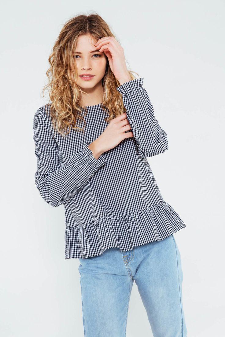 Notre blouse Rosaline est notre coup de coeur de la saison ! Cette blouse nous plonge dans un univers féminin grâce à sa forme et un brin masculin de par son tissu. Elle illumine un style grâce à son tissu vichy et sa coupe parfaite.