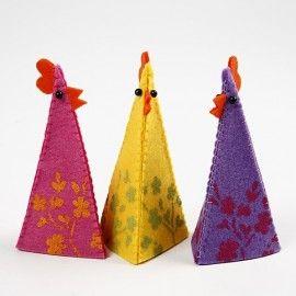 Dag 45 Nog even en het is Pasen. Tijd voor eierwarmer. Deze zijn heel leuk om zelf te maken van vilt. En met het gratis patroon helemaal niet moeilijk om zelf of met kinderen te maken. Grote kippen van vilt als decoratie en de kleine kippen als eierwarmers. Dep de verf op het vilt en naai aan elkaar met de festonsteek. Knip 3 driehoeken voor per kip of kuiken. De stap voor stap folder vind je in de webshop http://www.bijviltenzo.nl/a-28039917/gratis-vilt-patronen/zmp-kippen-van-vilt/