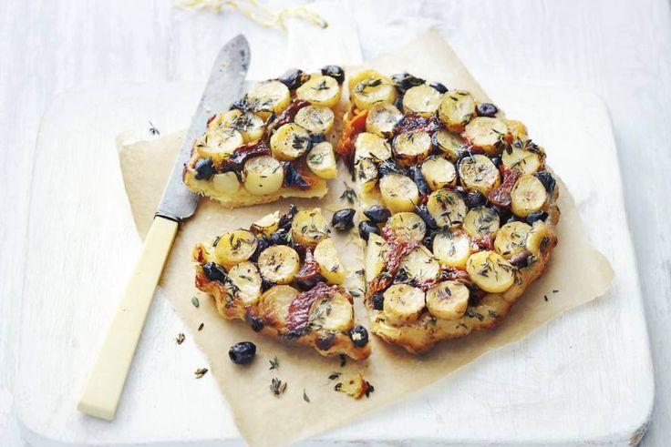 Knapperig bladerdeeg, tijmaardappeltjes en zongerijpte olijven. En dat allemaal in één heerlijk bijgerecht - Recept -Allerhande