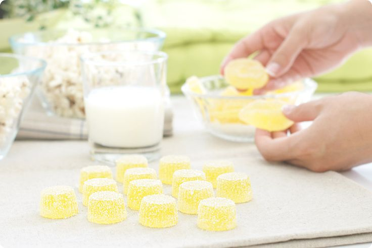 Receta de gominolas caseras para preparar con los peques de la casa. Se cocinan en 11 minutos pero necesitan unas horas de reposo antes de cortar y comer.
