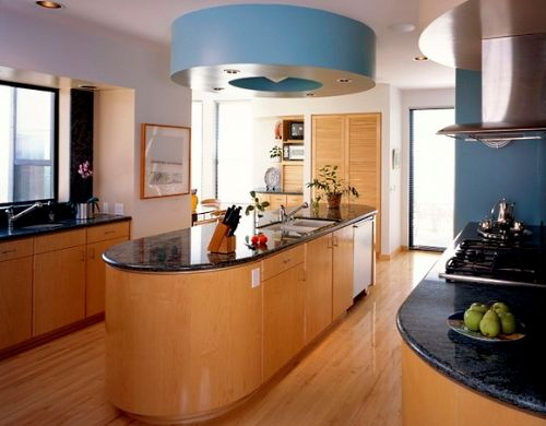 Дизайн большой кухни.    Обладатели больших кухонь просто счастливые люди. В таком помещении можно не только устроить все комфортно и удобно, но дать разгуляться своей фантазии. Великое счастье, что не нужно устраивать перепланировку для присоединения лишнего метра. И холодильник не в прихожей и для столовой зоны места предостаточно. Воистину всем бы такие кухни!   Дизайн такой комнаты можно доверить профессионалу, а можно все устроить самостоятельно, учитывая при этом некоторые…