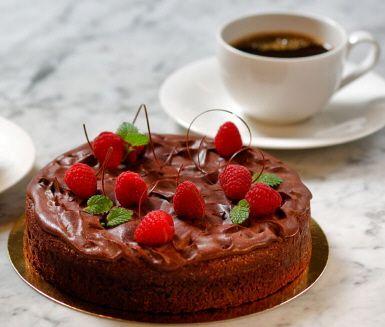 """En maffig chokladtårta med mörk choklad och en glasyr som innehåller kaffe. Drömmen för alla chokladälskare. """"Vanlig"""" kladdkaka bakas med kakao, i den franska används mörk choklad vilket gör tårtan alldeles underbar!<br><a href=""""http://www.ica.se/recept/kladdkaka/""""> Här hittar du fler härliga kladdkakerecept </a>."""