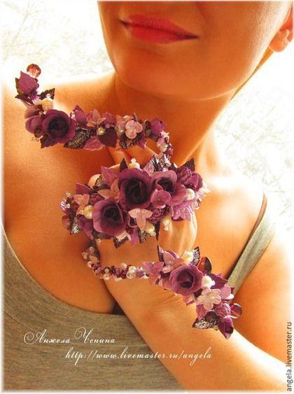 Спиралевидный браслет на предплечье.  Браслет с фиолетовыми розами.  Украшения в цветочном стиле. Свадебные украшения. Необычные украшения для фотосессий, свадеб, праздников. Вечерние украшения.