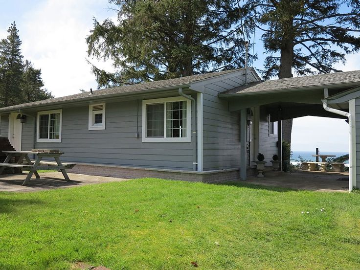 If an amazing view in a quintessential beach town with miles of walking beach, with all the amenities you need, are your top priorities, then this is the cottage for you! This sweet, spotless cottage sits high on the ...