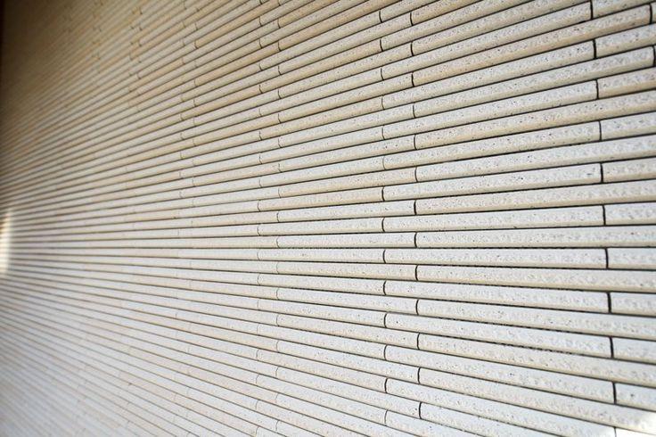 T邸の玄関に張った「細割ボーダータイル」(INAX)。最近では質感の高いタイル調サイディングもありますが、本物とそうでないものは近づいて見たときに、織り成す陰影や肌触り感が全然違います。サイディングの場合、外壁の出隅は同質コーナーで納める形となり、見えてくるコーキング部分がどうしても気になります。しかし、玄関周り以外ならばサイディングの選択肢も有りだと思います。