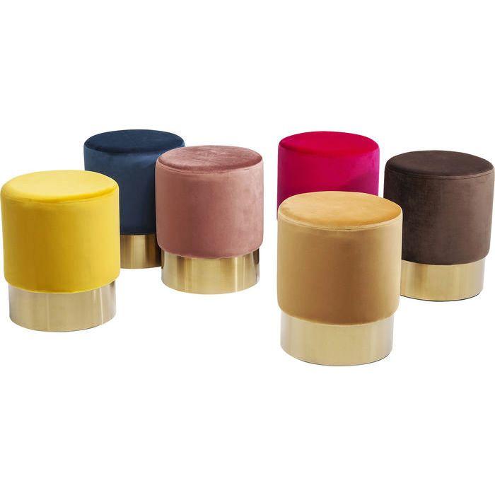 En nätt, rund och elegant sittpuff i puderrosa sammet och mässingslist nertill. Puffen finns i flera färger.