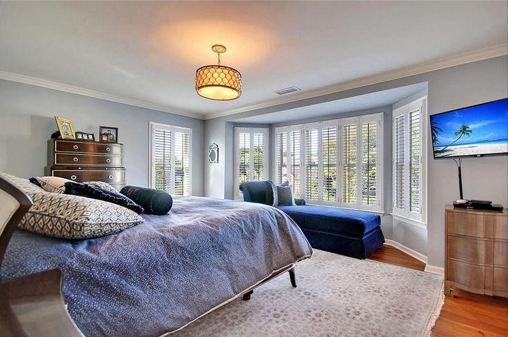 Weiches Grau an Wänden von weißen gerahmte Fenster dazwischen machen dieses Master-Schlafzimmer aussehen, hell und luftig.