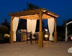 idées pergola en bois avec un beau luminaire et rideaux blancs