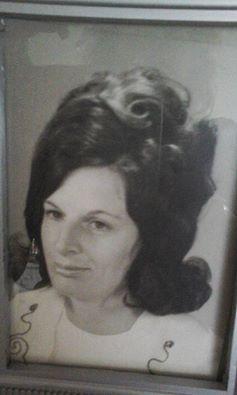 """""""mijn moeder 28 jaar oud .. deze foto kreeg ik .een hlf jaar geleden. 43 jaar geleden kregen wij een ernstig auto ongeluk waarbij zij is overleden en ik haar niet meer mocht zien . nu staat deze foto als het kostbaarste geschenk op mijn kast als een mooi liefde waardevolle herinnering."""" Henriette #fotoschrijven"""