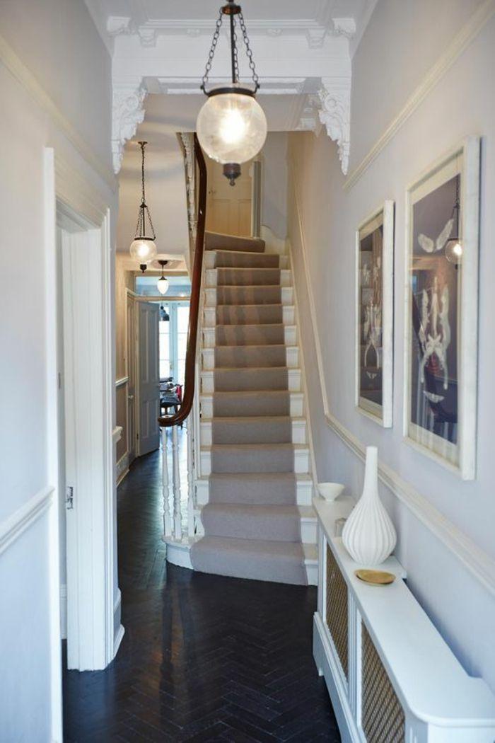 Lange Treppe Mit Treppenteppich Gestalten Und Bilder Dekorieren Weiss Flur Flur Design Flur Dekor