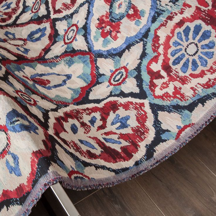 Saramarkanda, fabric by Equipo DRT. An ornamental, full-bodied fabric with floral motif medallions in a combination of reds, blues, and turquoise that transports us to far-away lands. This colorful, decorative, and exotic tapestry comes in a 137 cm width, perfect for decorating sofas, chairs, pillows, and headboards in the most elegant rooms of the house.