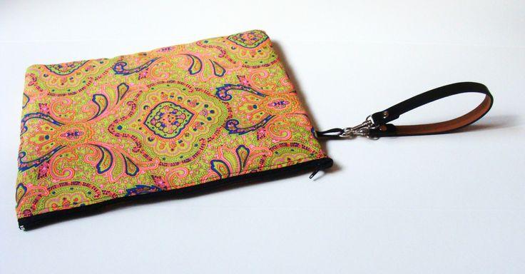 Maxi pochette, tessuto hippie - fantasia indiana - manichetto in ecopelle + cerniera nera. Ideale per contenere l'agenda, i trucchi e gli occhiali da sole o addirittura il tablet.