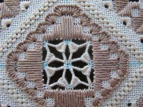 Часть 1. Вышиваем ажур по периметру — элементы мальтийского креста в комплексе с перевитыми бридами.  Мальтийский крест — это те «крылышки» что в среднем ряду.  Перевитые бриды - это те столбики, что прилегают к блокам