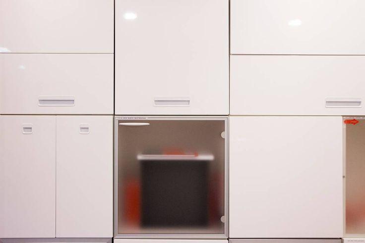 Säilytyskokonaisuus kotimaisilla Herrmans Målerin valmistamilla Xante- ovilla. #HerrmansMåleri #säilytys #laatikosto #eteinen #vaatehuone #koti #sisustus #sisustussuunnittelu #yritysmyynti #tukkumyynti #helakeskus