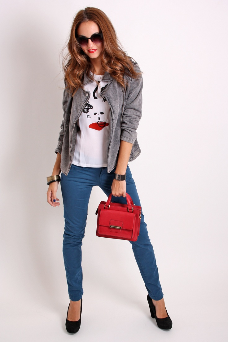 Look del día ♥♥!!  Lokk made in Italy perfecto perfecto para días como hoy!!  Chaqueta de felpa estilo motero, pantalón azul tendencia, bolso rojo y zapatos en color negro de ante, todo de Fornarina; y camiseta con transparencia delantera de Relish.  Combínalo con un paraguas en color rojo!