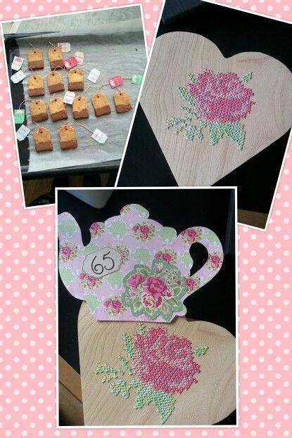 Idee om een high tea cadeau te geven. Houten doosje  borduurd met een roos, koekjes erbij in de vorm van theezakjes en een kaartje in de vorm van een theepot.