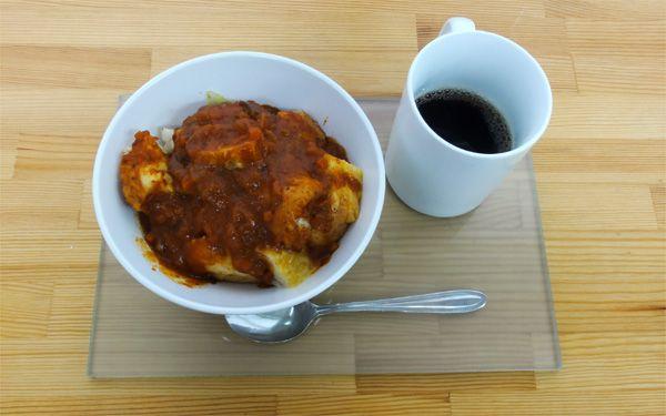 今日の200円ランチは、事務所スタッフお気に入りのトマトソースをパンと野菜にかけていただきました☆このトマトソースは最近の定番です(^Q^)