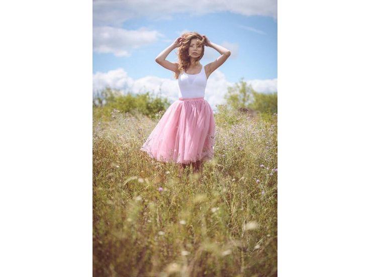 Dámská tylová TUTU sukně pudrová ružová. stylová tutu sukně ve dvou délkách spodní neprůhledná vrstva ze saténu 3 vrstvy pevnějšího tylu pro požadovaný objem vrchní 2 vrstvy z jemného tylu příjemného na dotek gumička v pase pro velikost 70 cm - 90...