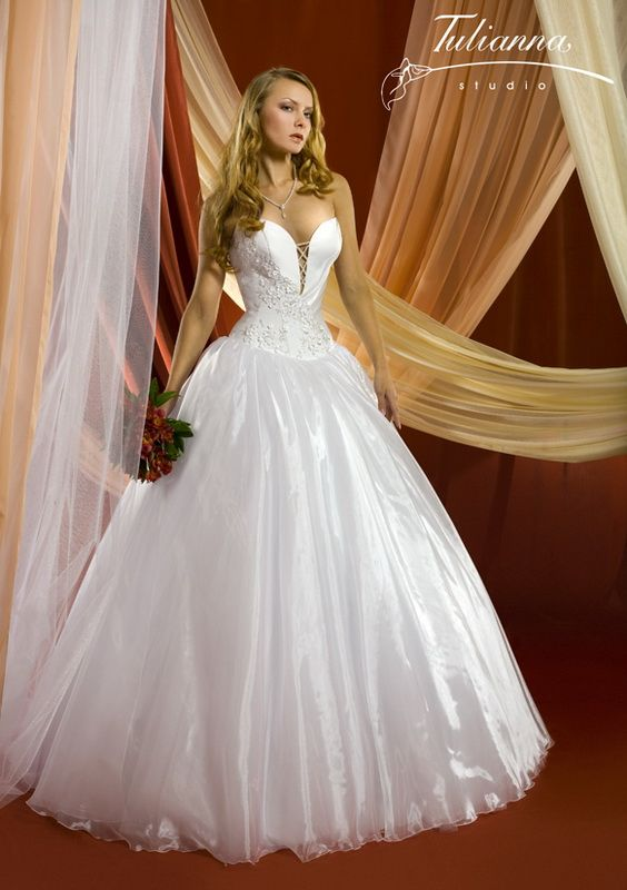 Свадебное платье: Светлана - http://vbelom.ru/catalog/svadebnoe-plate-svetlana/ Пышное свадебное платье, расшитое узорами.  Роскошное свадебное платье. Модель выдержана стиле «принцесса»: корсет расшит узорами и декорирован шнуровкой на топе, пышная юбка «в пол».