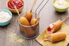 Corn dog, immancabile street food americano nelle fiere e negli stadi, è un wurstel su stecco fritto in pastella di farina di mais!