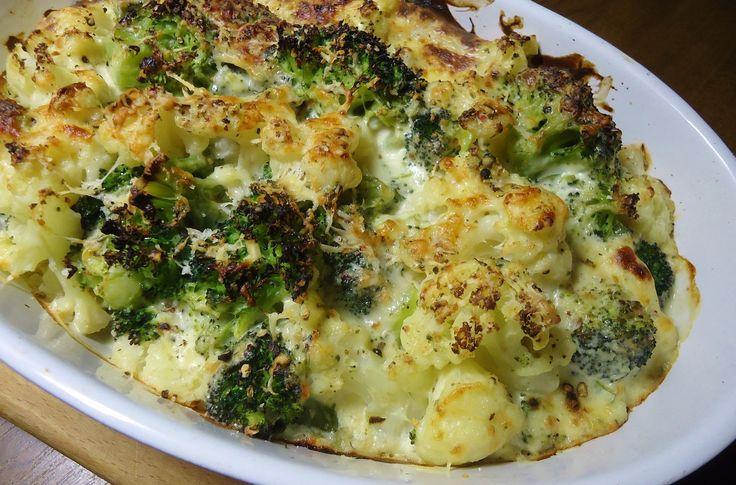 Uvařte rozebrané růžičky květáku a brokolice v osolené, případně okořeněné vodě doměkka (na skus), tj asi 5-7 minut a dejte okapat. V hluboké...
