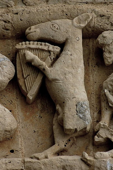 L'âne à la lyre est une représentation assez fréquente des églises de Saintonge