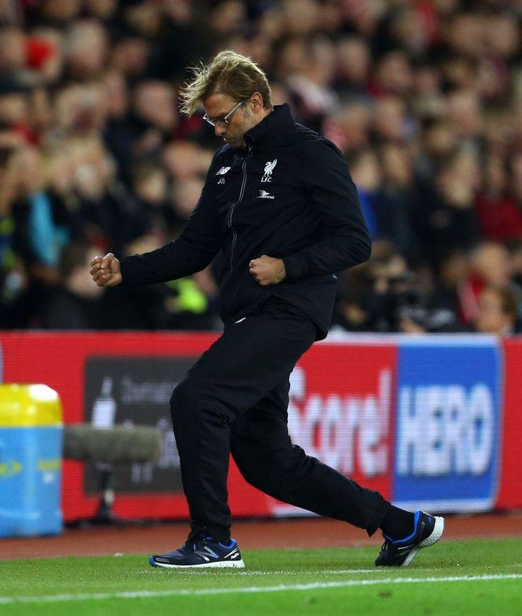 Jurgen Klopp oslavuje po Daniel Sturridge z Liverpool skóre, aby to 1-2