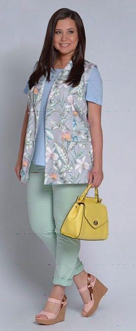 Блузка с цветами, бежевая юбка, синий плащ, бирюзовый шарф, желтые балетки