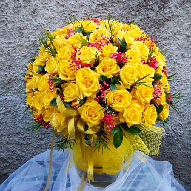 Bunga Meja adalah karangan bunga dengan media vas yang