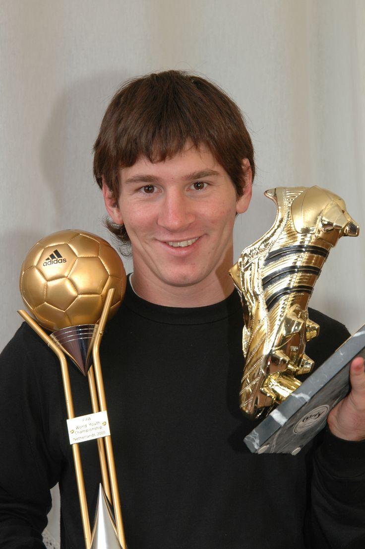 Lionel Messi, con algunos de sus primeros trofeos. En este caso, la Bota de Oro y el Balón de Oro conquistados tras el Mundial Juvenil (sub-20) de Holanda 2005. Una producción con el hoy más célebre de los 'barçargentinos' para El Gráfico.