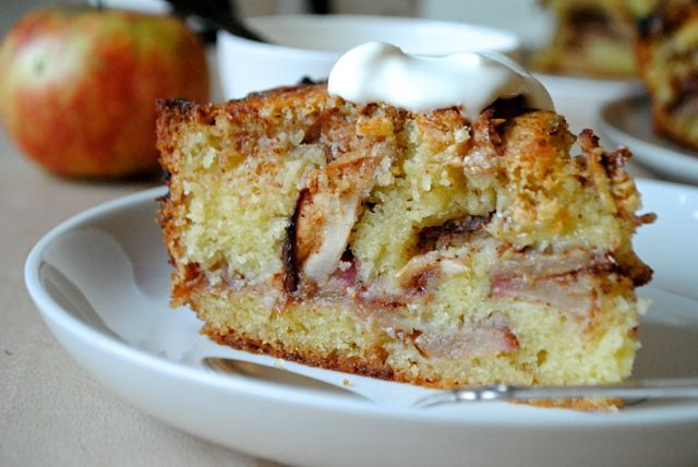 Apple cake with cinnamon and white chocolate