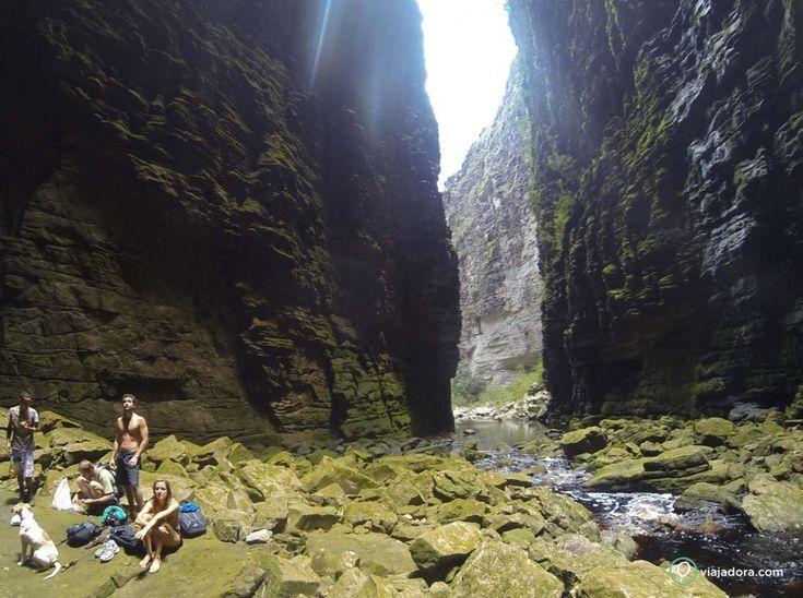 A entrada para o cânion da Cachoeira da Fumacinha na Chapada Diamantina, estado da Bahia, Brasil. A água cai de uma altura de 100 m, de um cânion lateral. Como as paredes são negativas, dizem que nunca bate sol lá dentro, então tudo é recoberto de musgos e líquens. A temperatura lá é mais baixa e a água do poço gigante, mais fria do que o normal de uma cachoeira. O único barulho que se ouve é mesmo o da queda  d´água, e diante de tudo isso, é impossível não ficar impressionado.