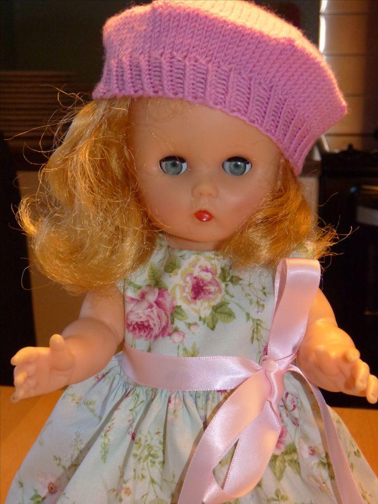 Anne dukken har fått seg alpelue .