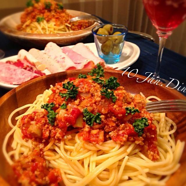 今夜の夕食はゴボウを入れて食物繊維たっぷりのアラビアータ( •ॢ◡-ॢ)-♡ ゴボウ・トマト・挽肉の組み合わせって意外と相性が良いのです♡ 3連休前の夜はパラダイス☆ 大好きなハムの盛り合わせも一緒にゆっくり頂きます(๑◕ˇڡˇ◕๑) - 219件のもぐもぐ - ゴボウと挽肉のアラビアータ(๑◕ˇڡˇ◕๑) by nanasou