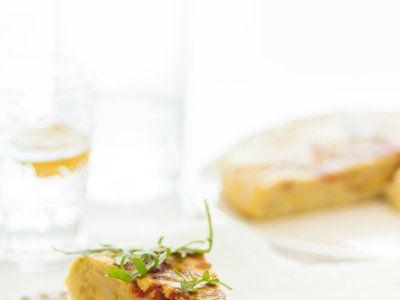 Tortilla de patatas con cebolla y pimientos confitados,   http://www.directoalpaladar.com/directo-al-paladar/tortilla-de-patatas-con-cebolla-y-pimientos-confitados-berenjenas-rellenas-a-los-dos-quesos-y-tomillo-y-mas-en-la-quincena-gourmet-de-trendencias-lifestyle