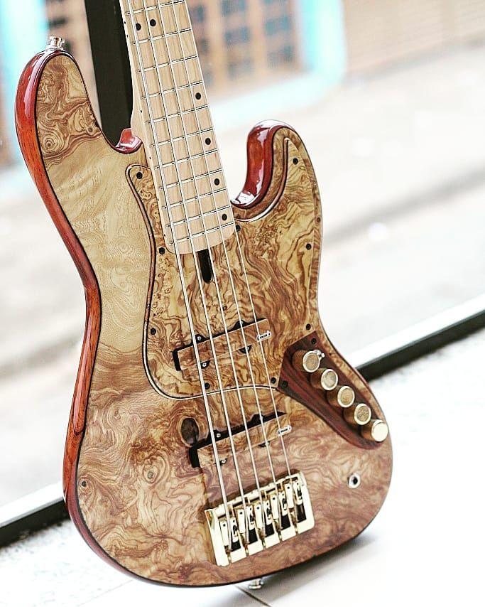 Garcia S Jazz Gold Baixo Completo Com Inumeros Detalhes A 4600 00 Bassplayermodel Baixonatural Bassplayeru Bass Guitar Guitar Strap Vintage Bass Ukulele