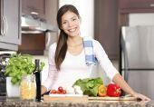 Помимо калорийности, каждый углеводосодержащий продукт обладает еще и гликемическим индексом (ГИ)